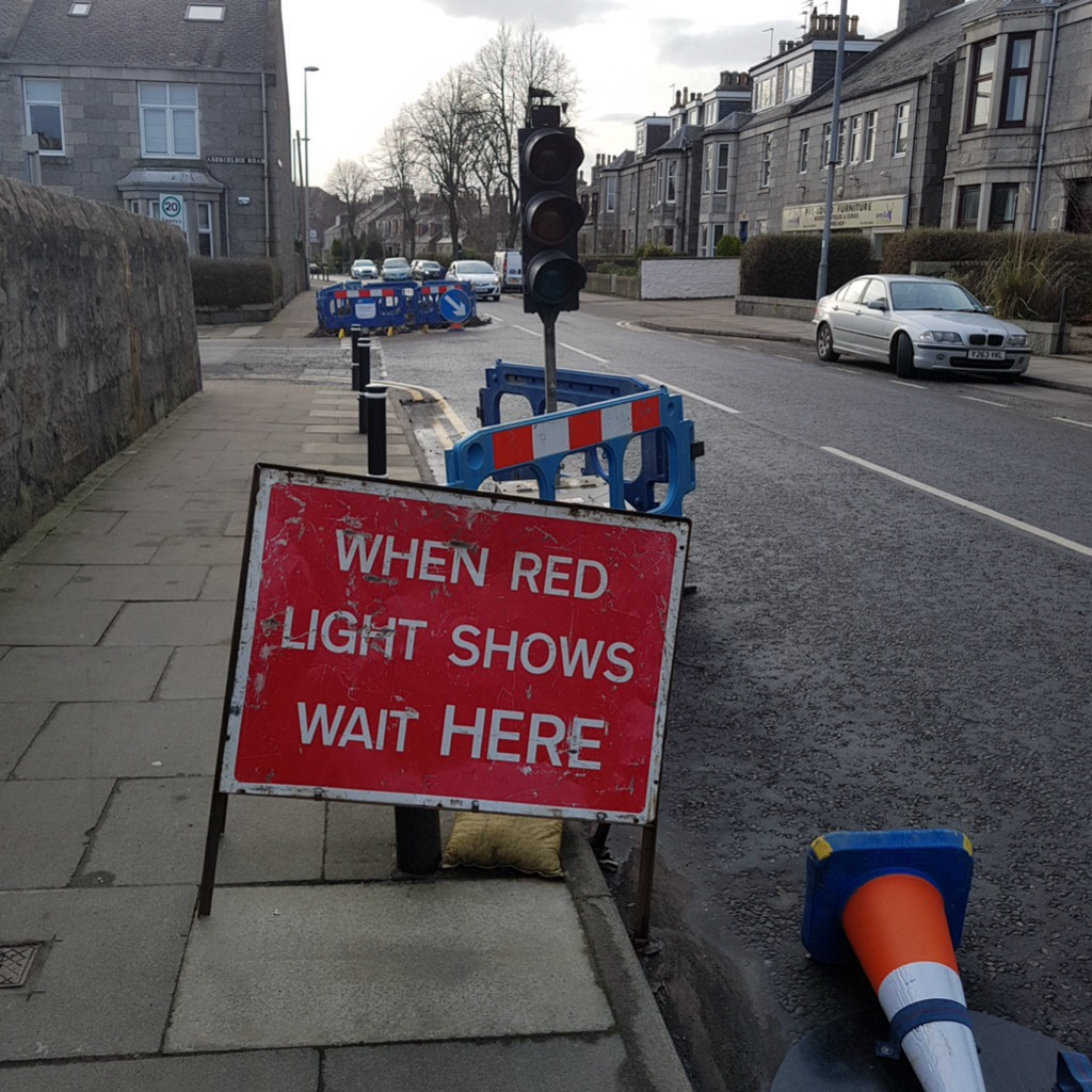 Photo if temporary traffic lights at Broomhill Road