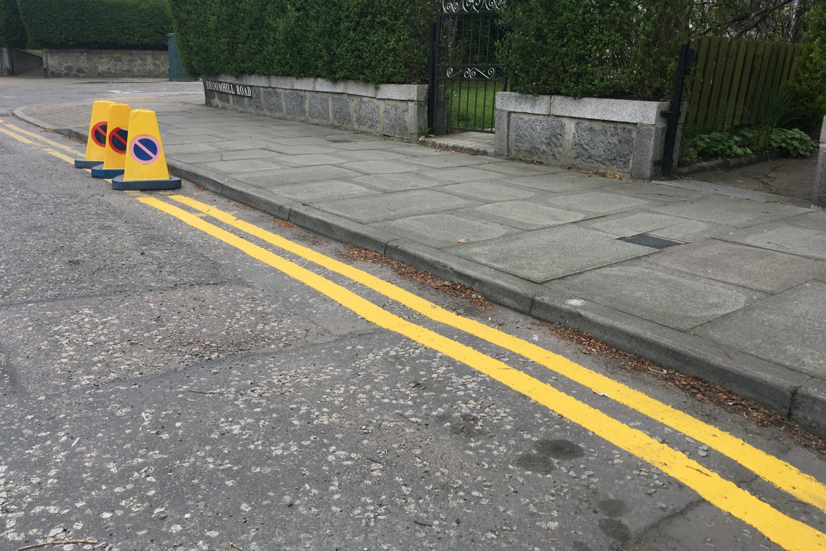 Photo of wrongly painted yellow lines